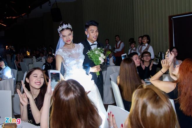Mac Hong Quan lien tuc hon Ky Han trong le cuoi hinh anh 13