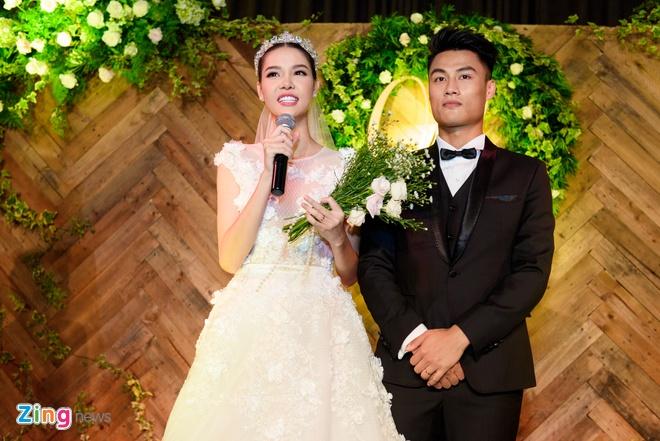 Mac Hong Quan lien tuc hon Ky Han trong le cuoi hinh anh 14