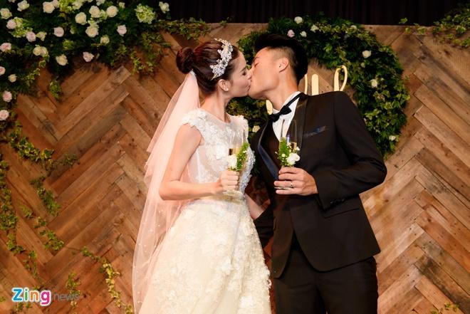 Mac Hong Quan lien tuc hon Ky Han trong le cuoi hinh anh 16