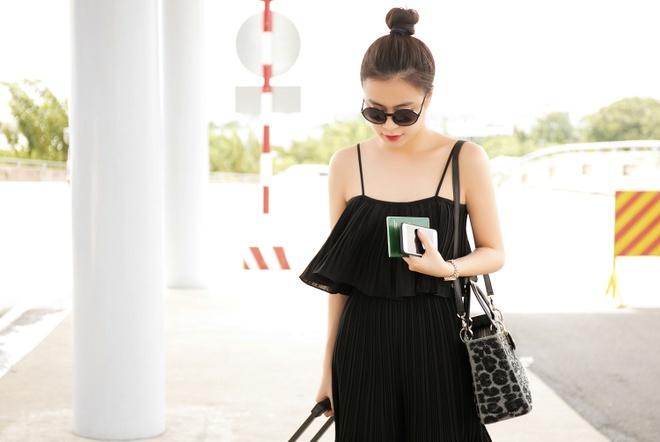 Hoang Thuy Linh dien ao hai day ra san bay hinh anh 1
