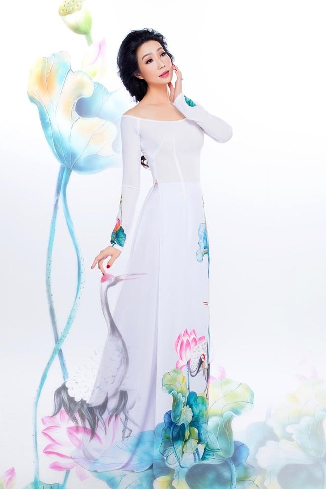 Trinh Kim Chi duyen dang ao dai hoa tiet hoa sen hinh anh 1