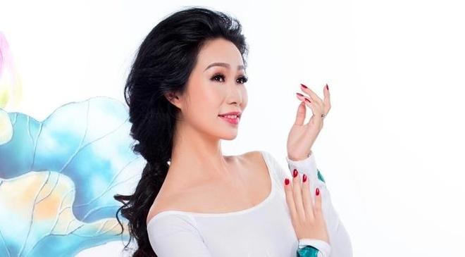 Trinh Kim Chi duyen dang ao dai hoa tiet hoa sen hinh anh