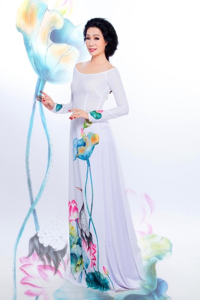 Trinh Kim Chi duyen dang ao dai hoa tiet hoa sen hinh anh 3