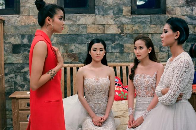 Pham Huong doa duoi Diep Linh Chau ra khoi doi hinh anh