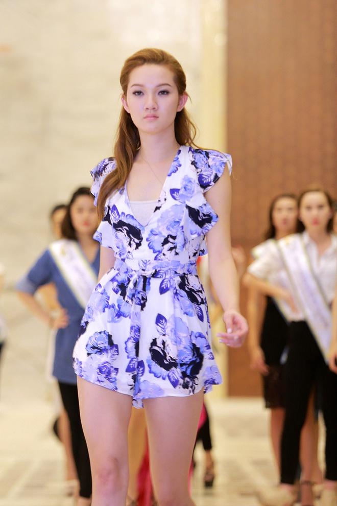 Thi sinh HH Ban sac Viet luyen catwalk truoc dem ban ket hinh anh 6