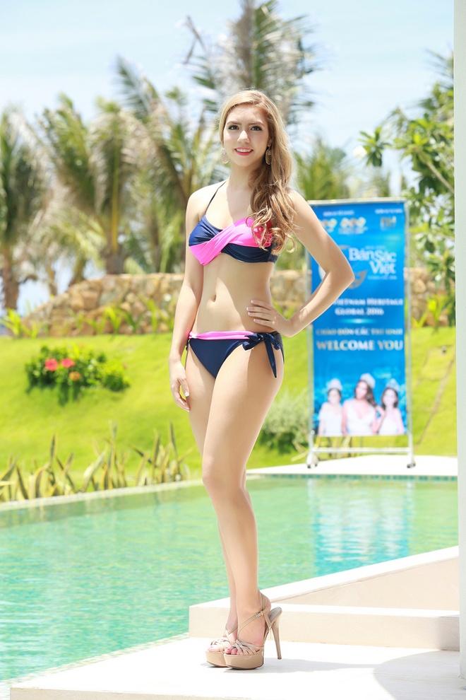 Nguoi dep HH Ban sac Viet dien bikini goi cam hinh anh 2