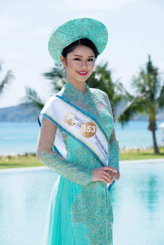 Nguoi dep HH Ban sac Viet dien ao dai duyen dang hinh anh 2