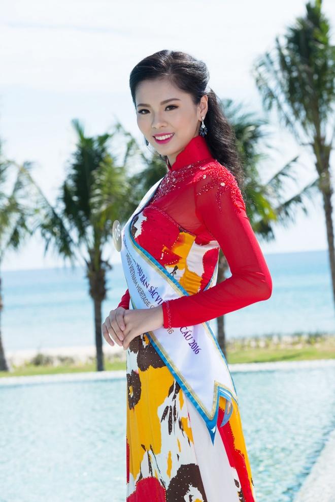Nguoi dep HH Ban sac Viet dien ao dai duyen dang hinh anh 6