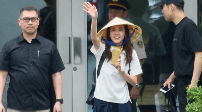 Fan Viet doi mua don Dara (2NE1) o san bay Tan Son Nhat hinh anh