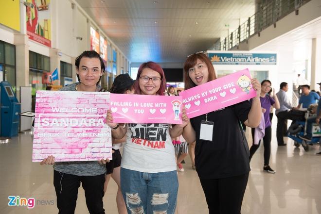 Fan Viet doi mua don Dara (2NE1) o san bay Tan Son Nhat hinh anh 2