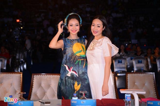 Ngo Phuong Lan vac bung bau 3 thang di cham thi hoa hau hinh anh 1