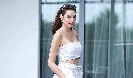 Lily Nguyen khoe eo thon, vai tran khi dao pho hinh anh