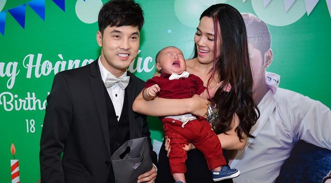 Ung Hoang Phuc ra mat con trai trong tiec sinh nhat hinh anh