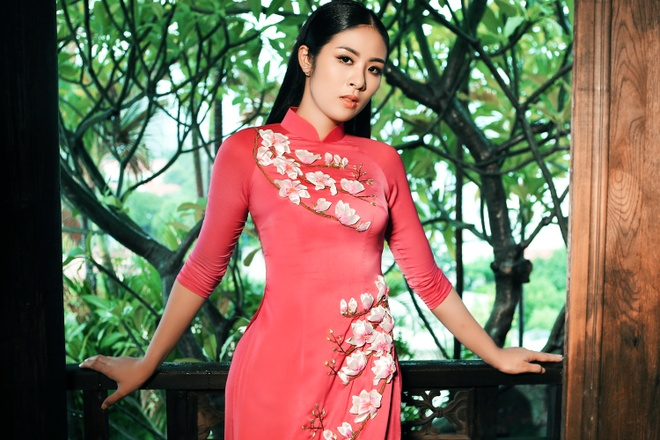 Ngoc Han duyen dang trong 5 mau ao dai hoa tiet hinh anh 8