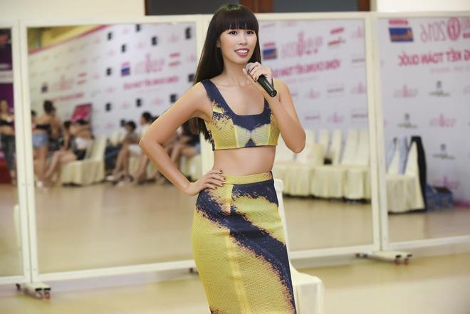 Ha Anh huong dan thi sinh Hoa hau Viet Nam di catwalk hinh anh 1
