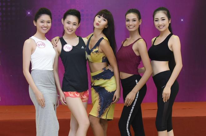Ha Anh huong dan thi sinh Hoa hau Viet Nam di catwalk hinh anh 10
