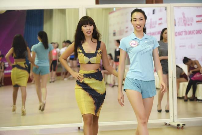 Ha Anh huong dan thi sinh Hoa hau Viet Nam di catwalk hinh anh 4