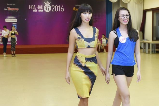 Ha Anh huong dan thi sinh Hoa hau Viet Nam di catwalk hinh anh 5