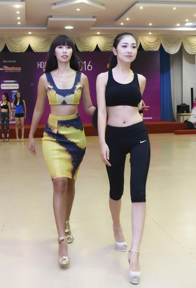 Ha Anh huong dan thi sinh Hoa hau Viet Nam di catwalk hinh anh 7
