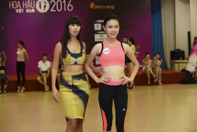 Ha Anh huong dan thi sinh Hoa hau Viet Nam di catwalk hinh anh 8