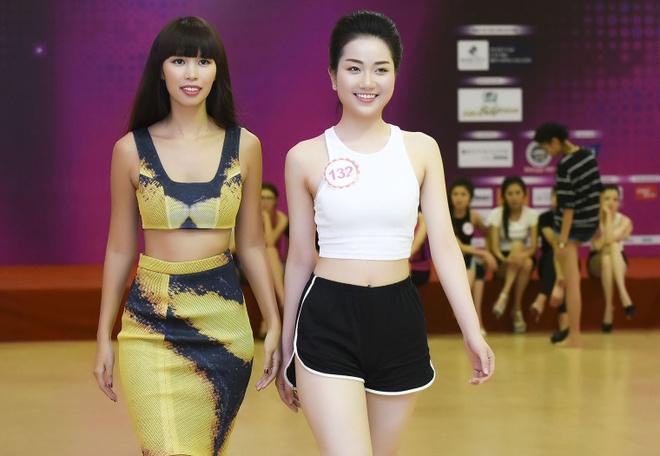 Ha Anh huong dan thi sinh Hoa hau Viet Nam di catwalk hinh anh 6