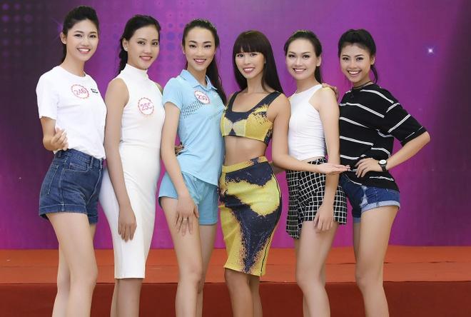 Ha Anh huong dan thi sinh Hoa hau Viet Nam di catwalk hinh anh 9