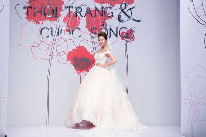 Thanh Hang no luc giu vi tri so mot tren san catwalk hinh anh 2