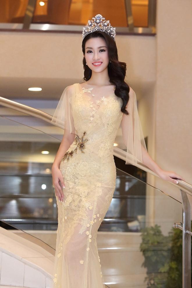 Hoa hau My Linh dien dam goi cam lan dau di su kien hinh anh 2