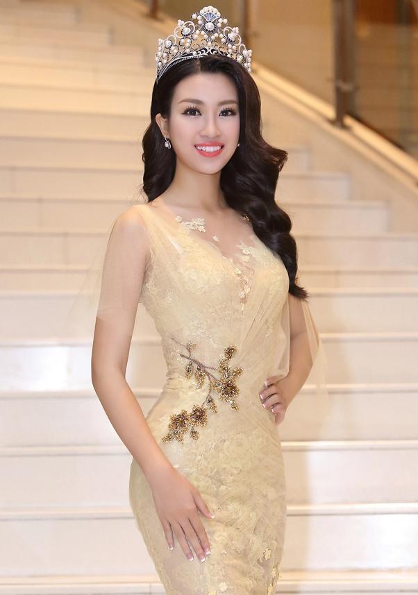 Hoa hau My Linh dien dam goi cam lan dau di su kien hinh anh 3