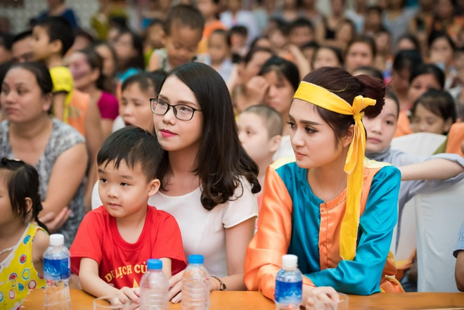 Nguoi dep Hoa hau Viet Nam 2016 vui trung thu cung benh nhi hinh anh 7