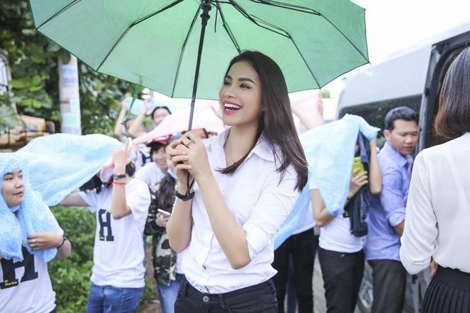 Pham Huong phat qua trung thu cho nguoi ngheo hinh anh 1