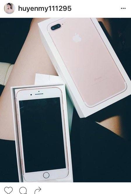 A hau Huyen My, vo Binh Minh khoe iPhone 7 moi tau hinh anh 1