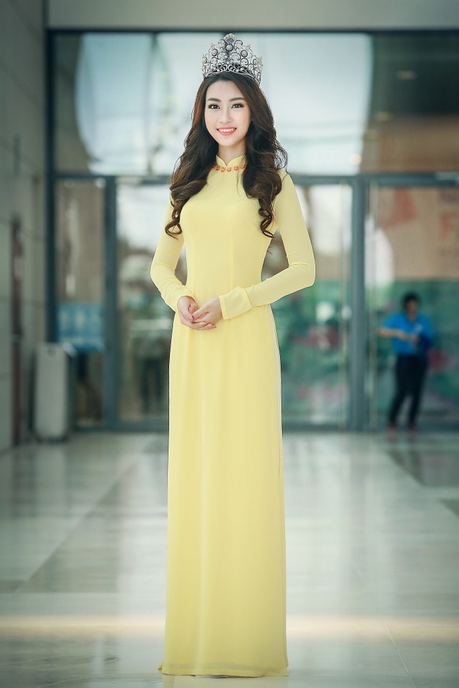 Hoa hau My Linh dien ao dai du Ngay hoi cuu sinh vien hinh anh 1
