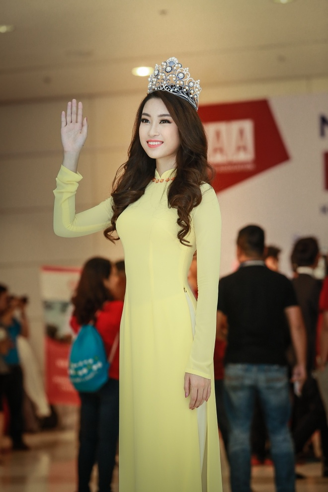 Hoa hau My Linh dien ao dai du Ngay hoi cuu sinh vien hinh anh 2