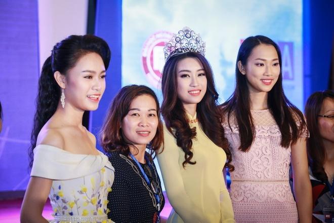Hoa hau My Linh dien ao dai du Ngay hoi cuu sinh vien hinh anh 5