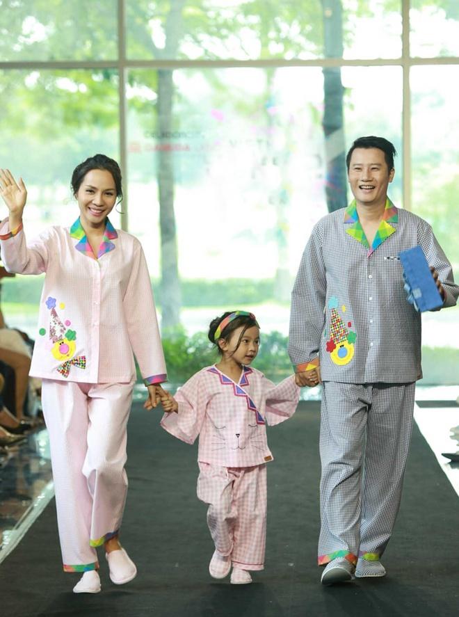 Gia dinh Hoang Bach dien pyjama dien thoi trang hinh anh 2