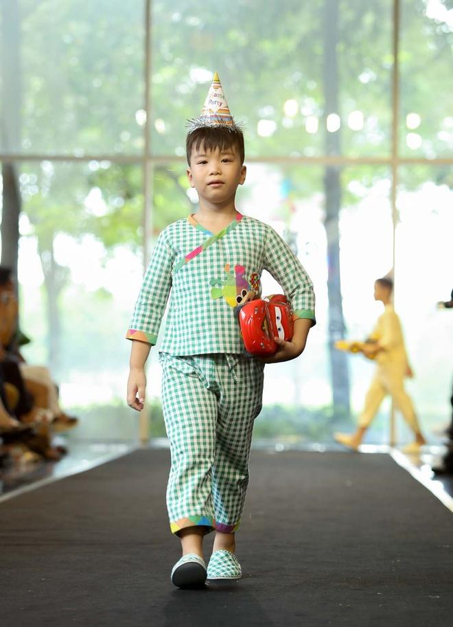 Gia dinh Hoang Bach dien pyjama dien thoi trang hinh anh 6
