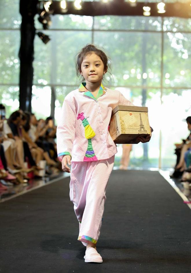 Gia dinh Hoang Bach dien pyjama dien thoi trang hinh anh 8