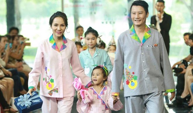 Gia dinh Hoang Bach dien pyjama dien thoi trang hinh anh