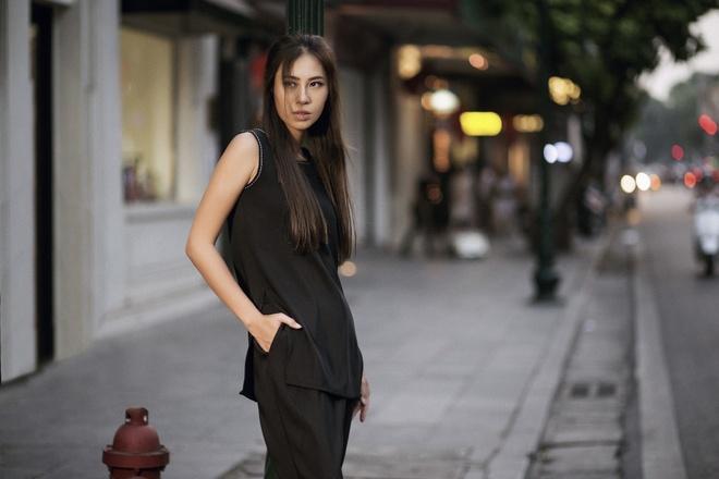 A khoi Ao dai xuong pho voi trang phuc tong tram hinh anh 5