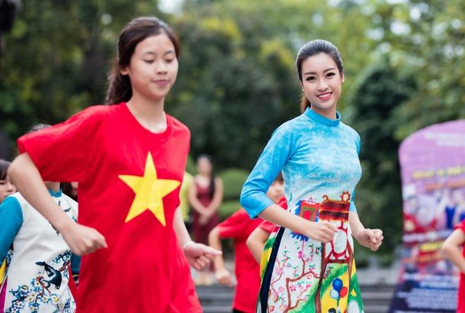 Hoa hau, a hau Viet Nam dien ao dai nhay flashmob hinh anh 4