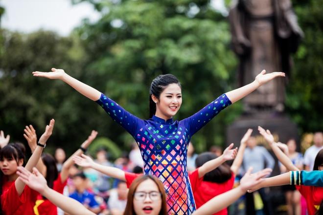 Hoa hau, a hau Viet Nam dien ao dai nhay flashmob hinh anh 6
