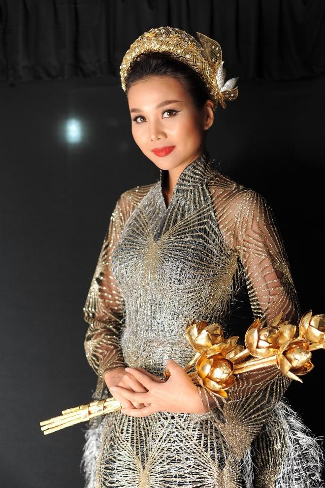 Thanh Hang mang 50 luong vang len san catwalk hinh anh 3