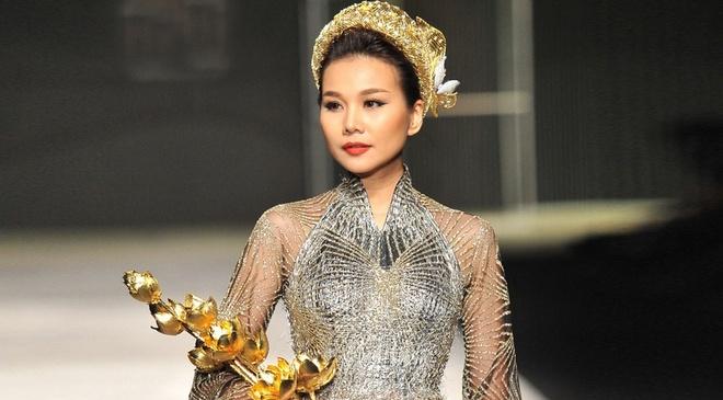 Thanh Hang mang 50 luong vang len san catwalk hinh anh