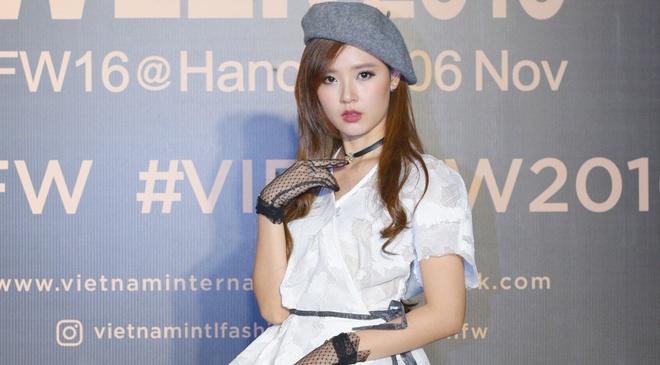 Dan my nhan Viet khoe sac tren tham do Tuan le Thoi trang hinh anh