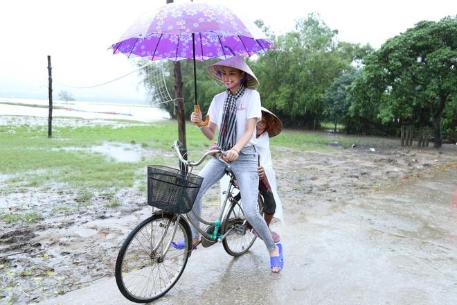 Pham Huong doi mua dua don ba con vung lu hinh anh 1