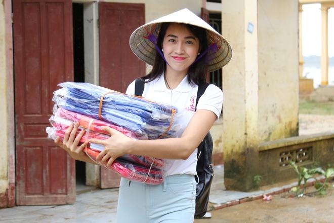 Pham Huong doi mua dua don ba con vung lu hinh anh 3