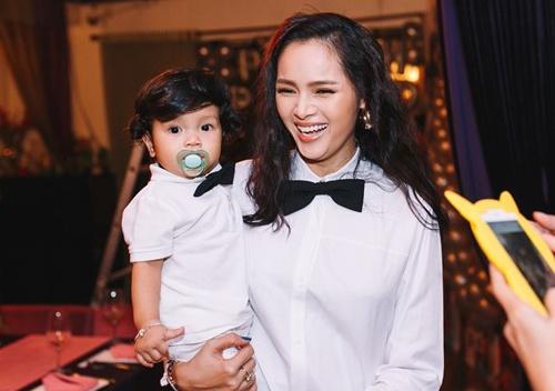 Diem Chau: 'Cha con trai khong biet su hien dien cua be' hinh anh 1