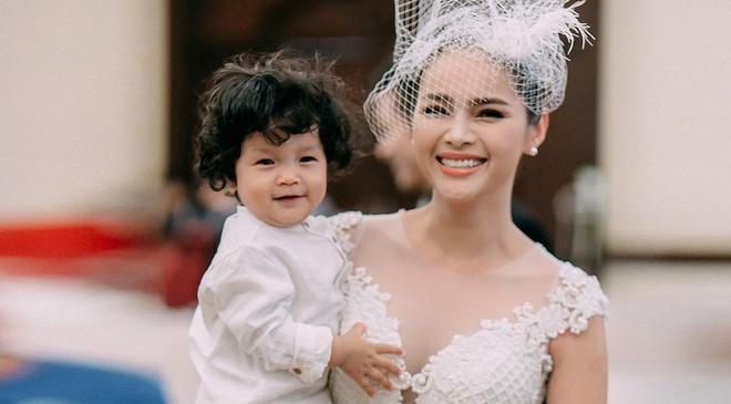 Diem Chau: 'Cha con trai khong biet su hien dien cua be' hinh anh