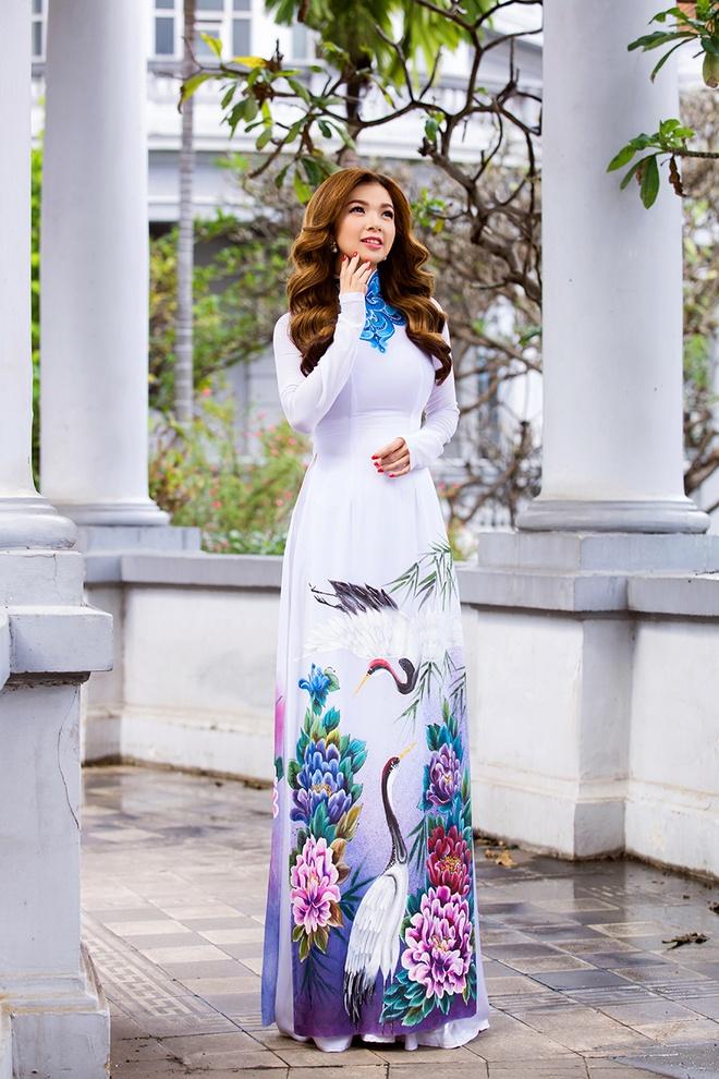 Pham Thanh Thao tre trung voi ao dai trang hinh anh 1